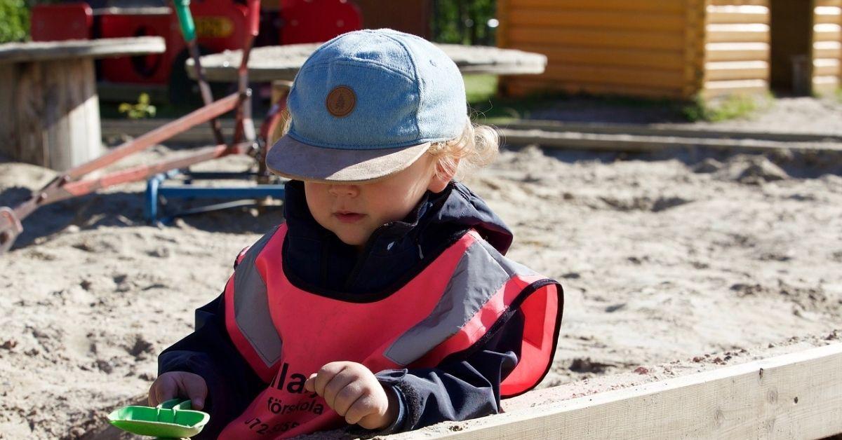 Lav din have børnevenlig med sandkasser og legehuse af træ